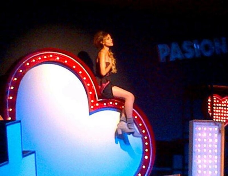 Eiza González compartió con sus fans fotos del musical I love Romeo y Julieta, que ella protagoniza.