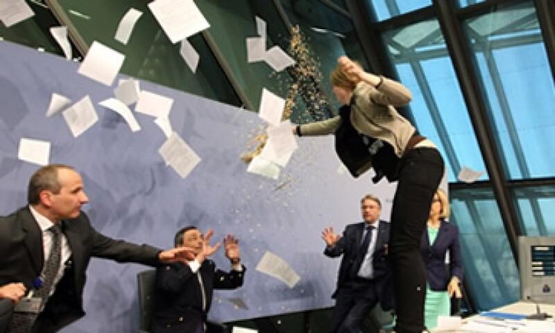 Después del incidente, Draghi continuó la conferencia de prensa con normalidad. (Foto: Especial)