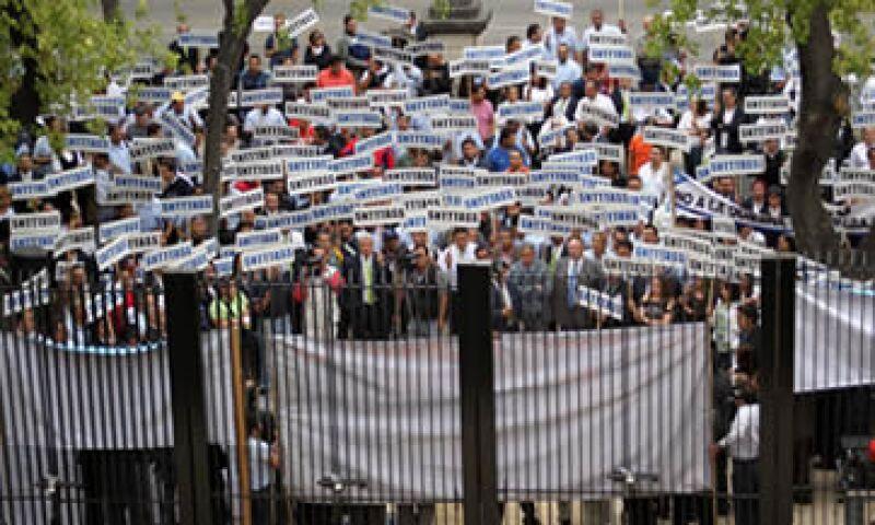 Los trabajadores de Mexicana de Aviación realizaron este martes una manifestación en el Senado de la República. (Foto: Notimex)