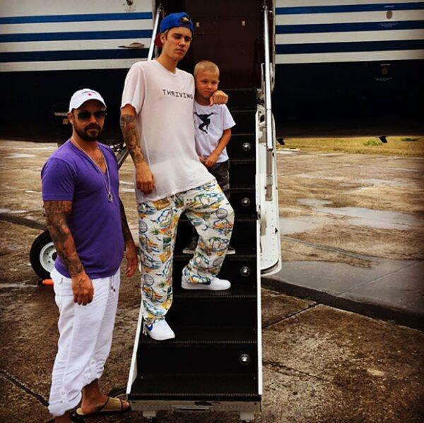 Justin con su papá y su hermano Jaxon.