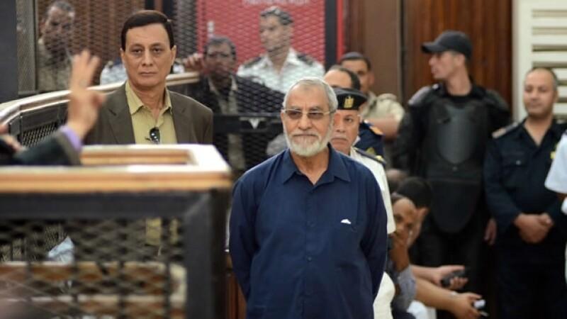 El líder de la Hermandad Musulmana, Mohamed Badie (centro, de azul) escuchando la condena que el gobierno egipcio dictó en su contra