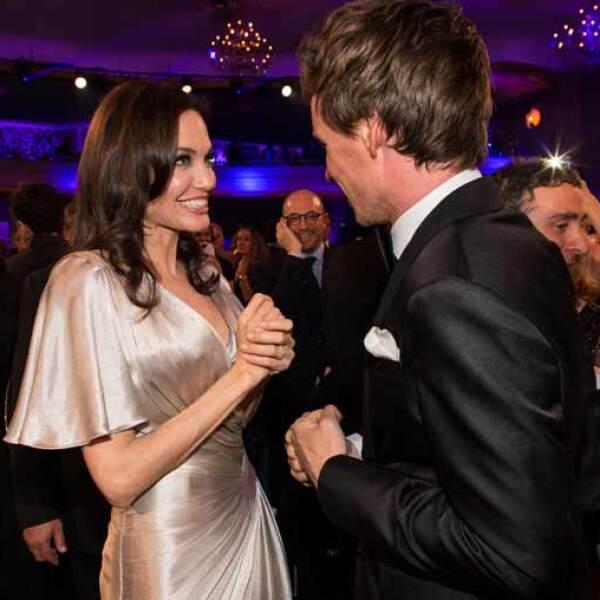 Angelina asistió al evento sin su esposo, Brad Pitt, pero no por ello estuvo mal acompañada, pues durante la noche estuvo platicando con el actor Eddie Redmayne.