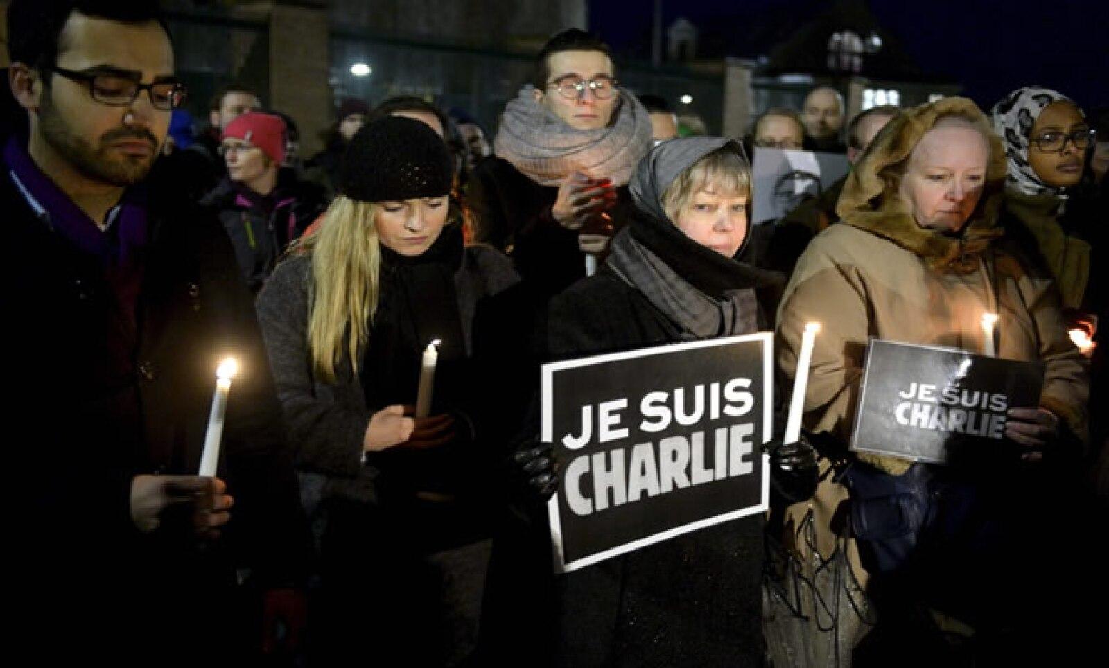 Las personas participaron en una velada para rendir homenaje a las víctimas.