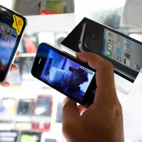 La agencia Reuters reportó este jueves la venta de un teléfono celular que se ostenta como  el nuevo iPhone de Apple.