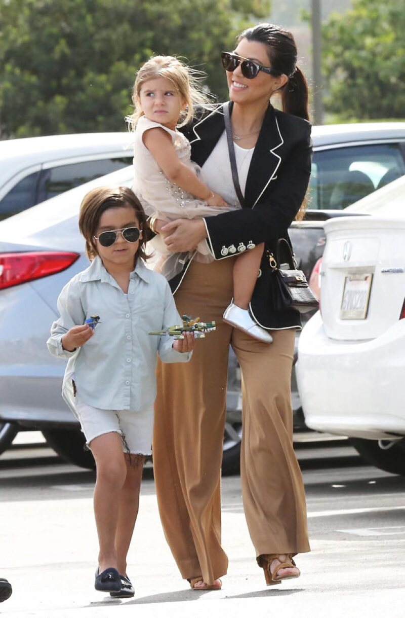 La única de las Kardashian que no fue de blanco fue Kourtney, quien además eligió el outfit más recatado.