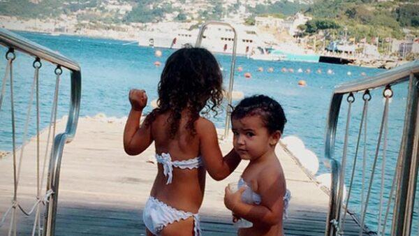 Las pequeñas Erin y Regina disfrutaron al máximo de la playa durante sus vacaciones, donde presumieron sus tiernos trajes de baño.