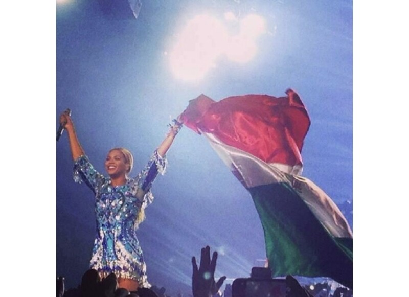 Con una megaproducción que le permitió estar muy cerca de su público, Beyoncé inició en esta ciudad su gira, ante unas 14 mil personas a las que deslumbró con su canto y escultural figura.
