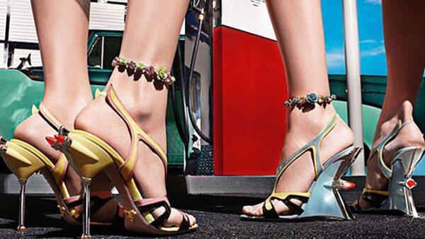 La firma italiana diseñó una nueva serie de zapatillas para mujer, inspirada en los diseños de la automotriz estadounidense en la década de los 50.