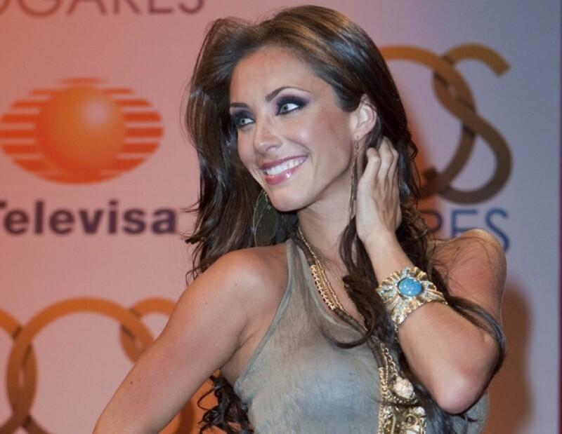 La actriz y cantante Anahí está de regreso en las telenovelas, además confesó que sí se retocó la nariz durante la operación de tabique desviado que se practicó hace unas semanas.