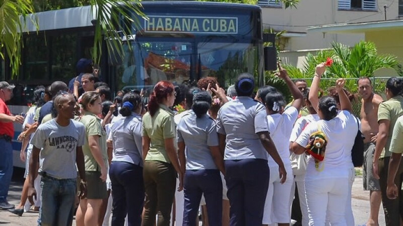 Integrantes del grupo femenil opositor cubano ?Damas de Blanco? al momento de ser detenidas por las autoridades