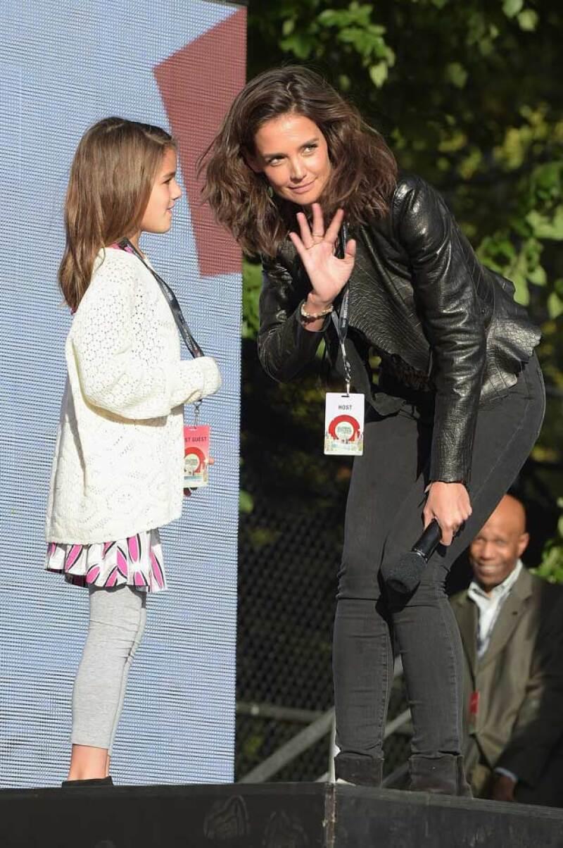 Katie Holmes invitó a su hija a saluda al público.