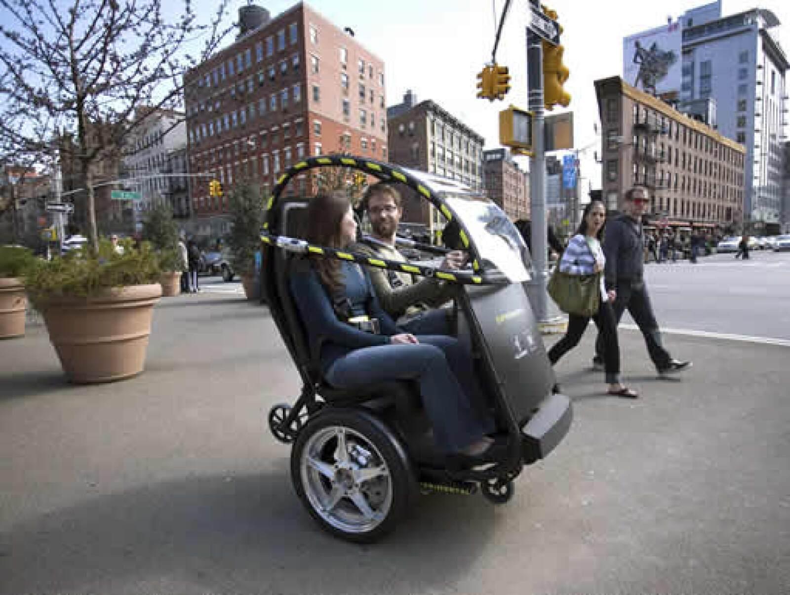 El PUMA, acrónimo en inglés de Movilidad y Accesibilidad Personal Urbana, es para dos pasajeros y se conduce mediante un pequeño volante.
