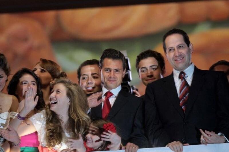 Antes de que terminara por completo su mandato en el estado de México, Peña Nieto compartió el balcón del edificio sede del gobierno estatal, con Eruviel Ávila.