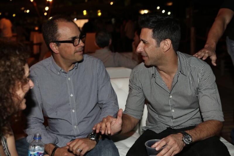 José María Yazpik junto a otro de los invitados a la fiesta por el tributo a Guillermo Arriaga.