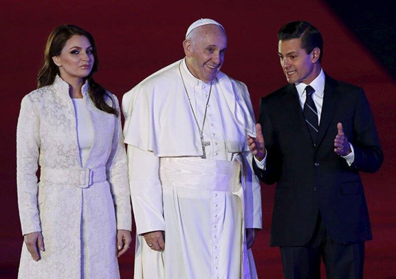 El presidente y su esposa recibieron al Papa a su llegada a México.