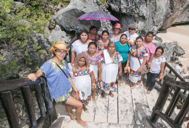 Grupo de mujeres mayas y las delegadas de Vena Cava.