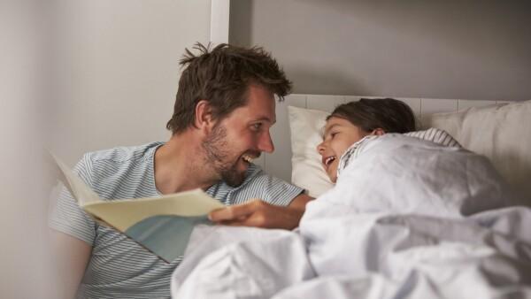 Padres hijos lectura felicidad