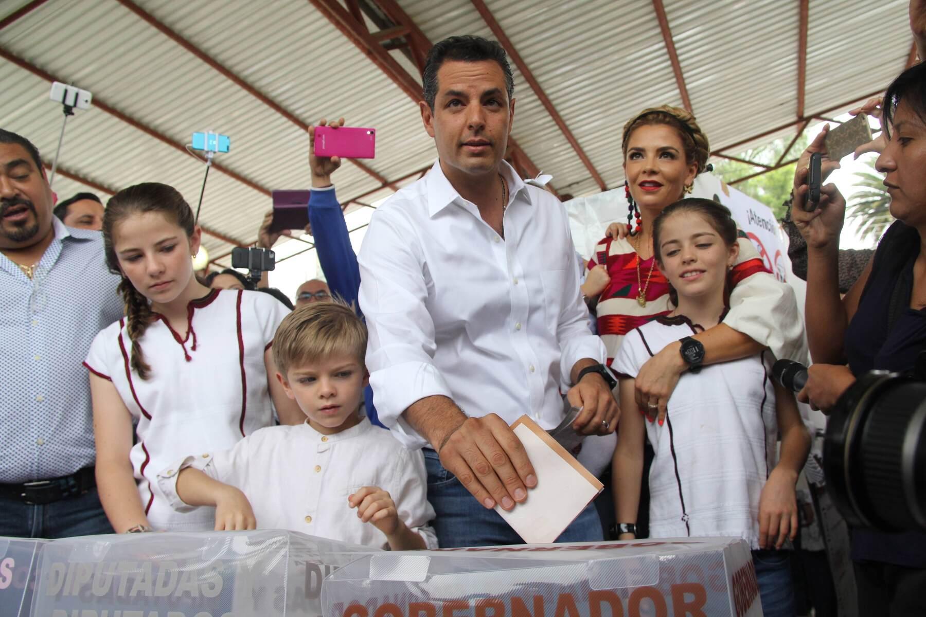 es uno de los 7 candidatos que aspiran a la gubernatura del estado de Oaxaca.
