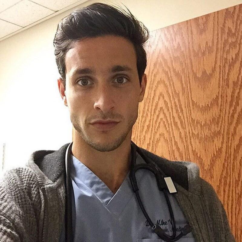 El doctor neoyorquino ha causado sensación en redes sociales con cada foto que publica.