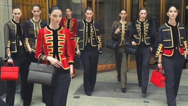 Issa Lish vuelve a comprobar que ha llegado muy lejos en la industria del modelaje al protagonizar la campaña de otoño-invierno 2016 para la firma francesa junto a Bella Hadid e Irina Shayk.