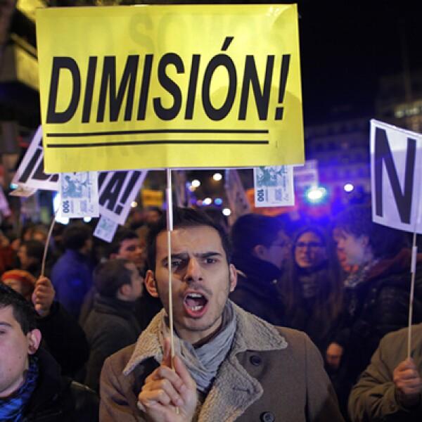 La oposición española pide la renuncia de Rajoy. El jefe del Gobierno dice estar trabajando para superar la crisis que afecta a España.