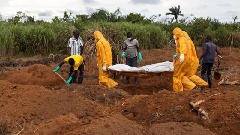 Los restos de personas que han muerto por el ébola en Sierra Leona son trasladados a fosas comunes