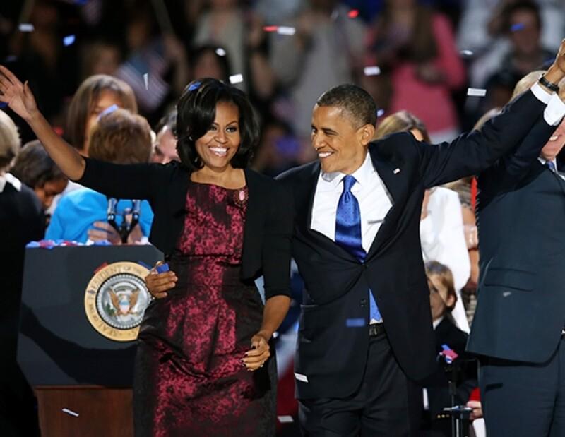 El outfit de Michelle era en color magenta metálico, y lo acompañó con un cardigan en negro y un broche.