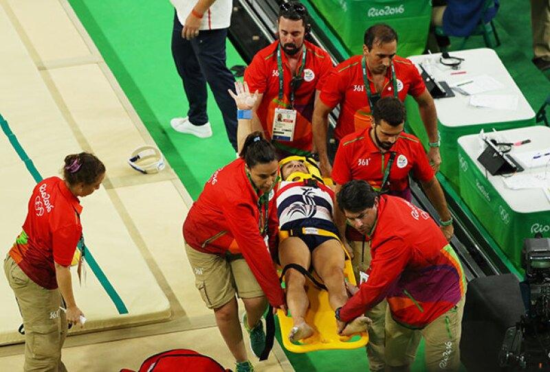 El deportista fue retirado por paramédicos quienes lo ayudaron en el momento del accidente.