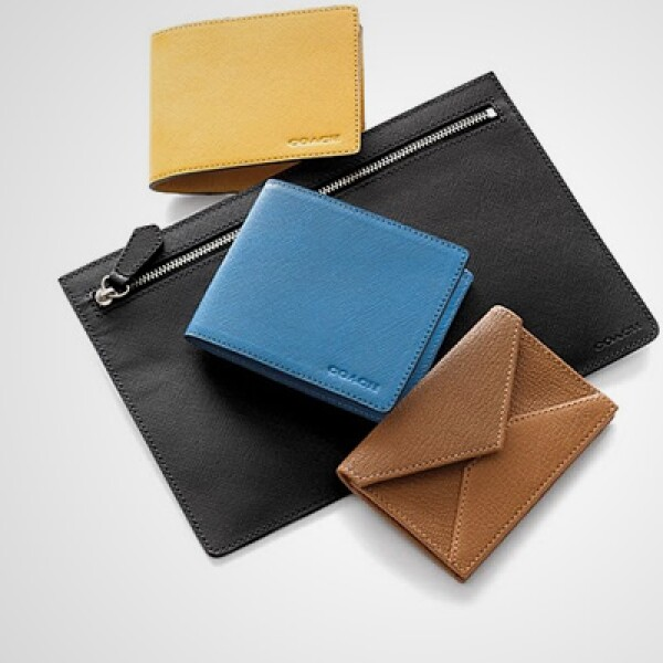 Un paquete con cuatro estilos de cartera: una grande para los documentos, un par más para billetes y una pequeña para las tarjetas de presentación.