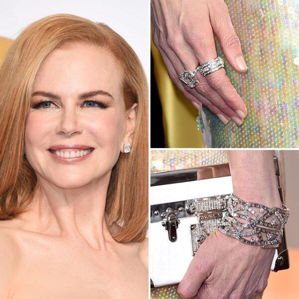 Despampanante como siempre, Nicole Kidman usó más de $7 millones de dólares en diamantes de Harry Winston. Sus aretes eran de 7k, la pulsera de diamante Cartan de 82k, un anillo solitario de esmeralda y diamante de 16.5k y una banda de anillos de diamantes de 5.3k.
