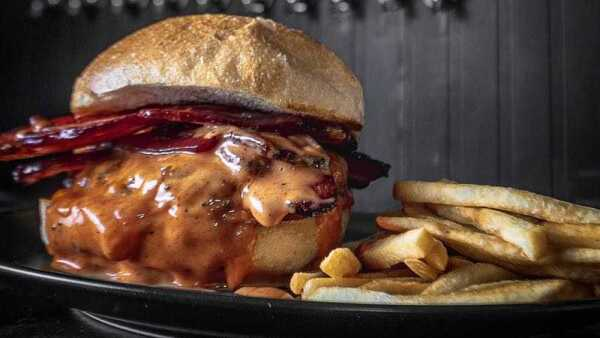 hamburguesa con tocino de Bacon Bar & Tap Room