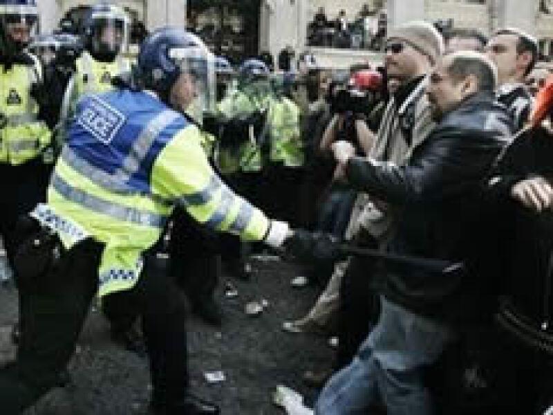Manifestantes ingleses de enfrentaron con la policía en la ciudad de Londres. (Foto: AP)