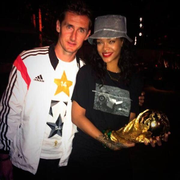 Tras coronarse como los mejores del mundo, los jugadores de Alemania tuvieron un gran festejo al que estuvo invitada la sexy Rihanna, aquí la vemos posando con Miroslav Klose.