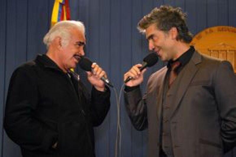 Vicente y El Potrillo estuvieron un par de horas con Álvaro Uribe, quien los invitó a invertir en su país ofreciéndoles todo el apoyo del gobierno. Ambos obsequiaron al mandatario un rebozo mexicano.