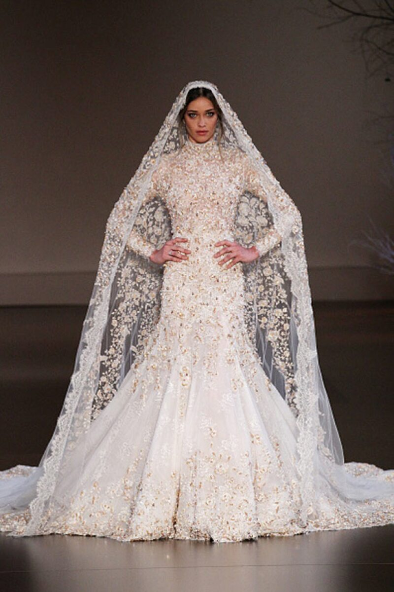 En una pasarela para Paris Fashion Week lució este impresionante vestido de novia, del que ahora se arrepiente pues dice que todos esperan que use algo similar para su boda.