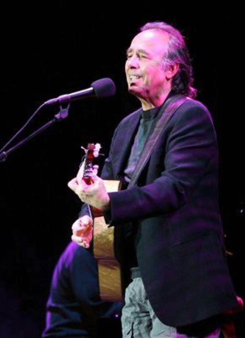 El cantautor español alternó sus canciones con anécdotas, vivencias personales y adagios orientales durante el concierto de apertura.
