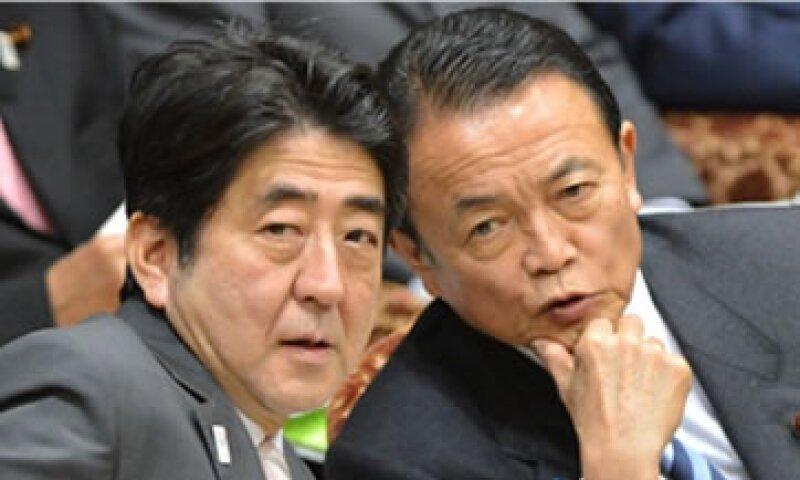 El Gobierno de Shinzo Abe (izq.), aquí con Taro Aso, presionó al Banco de Japón para que instaurara herramientas más agresivas para abatir la deflación. (Foto: Cortesía CNNMoney.com)