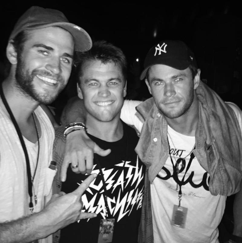 La familia Hemsworth recibió el 2016 en un festival de música, del que compartieron varias fotografías en sus redes sociales.
