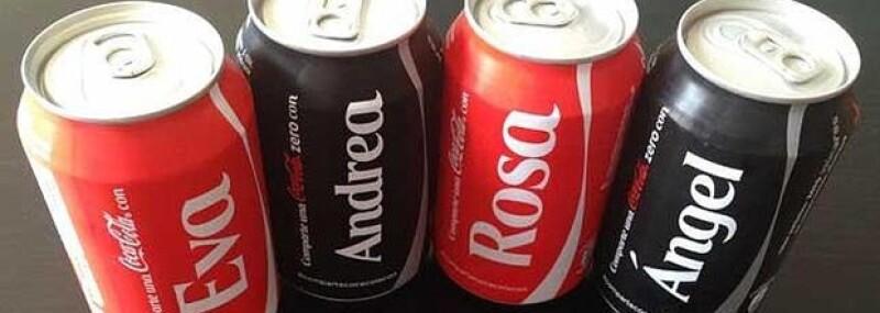 La empresa instalará entros de personalización, como parte de la campaña #ComparteCocaColacon; la expectativa entre los consumidores podría ayudar a revertir la caída en ventas de Coca Cola.