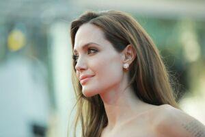 Angelina mantiene su colección de dagas debidamente alejada de sus hijos.