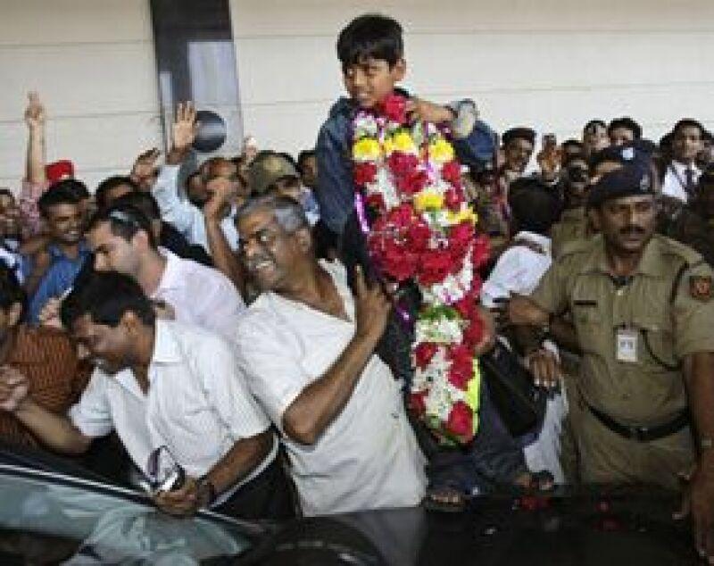 """Los pequeños astros de """"De pobre a millonario"""" fueron recibidos en la India en medio de una caótica pero entusiasmada bienvenida."""
