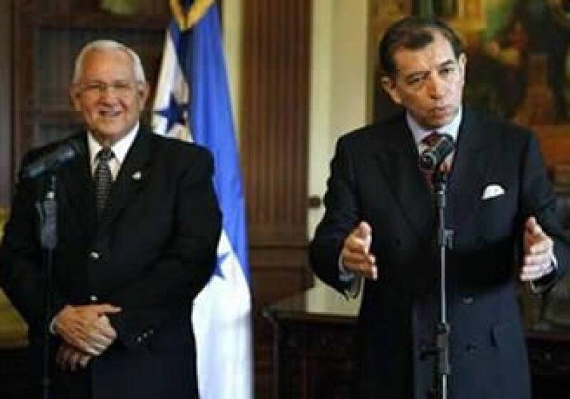 Roberto Micheletti, presidente interino de Honduras (izq) y Carlos López Carrasco, nombrado canciller para los diálogos en Costa Rica (der), reanudarán las negociaciones con Manuel Zelaya y Óscar Arias. (Foto: Reuters)