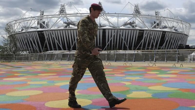 Un militar vigila los juegos olímpicos