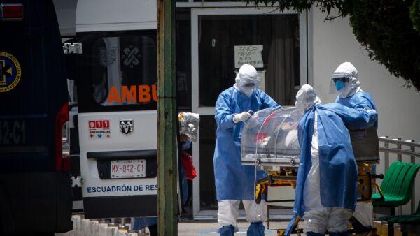 Personal Médico llega al área anexada para pacientes con COVID-19 del Hospital General 24  con paciente de la tercera edad con sintómas del virus
