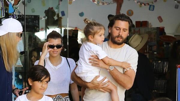 Scott y Sofia con sus hijos.