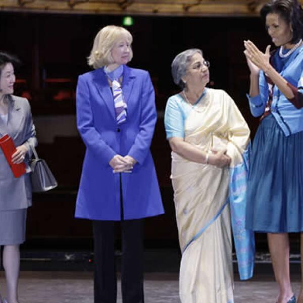Las primeras damas de Japón, Canadá y la India, Chikako Aso, Laureen Harper y Gursharan Kaur, respectivamente, no perdieron la oportunidad de dialogar con la esposa del mandatario estadounidense.