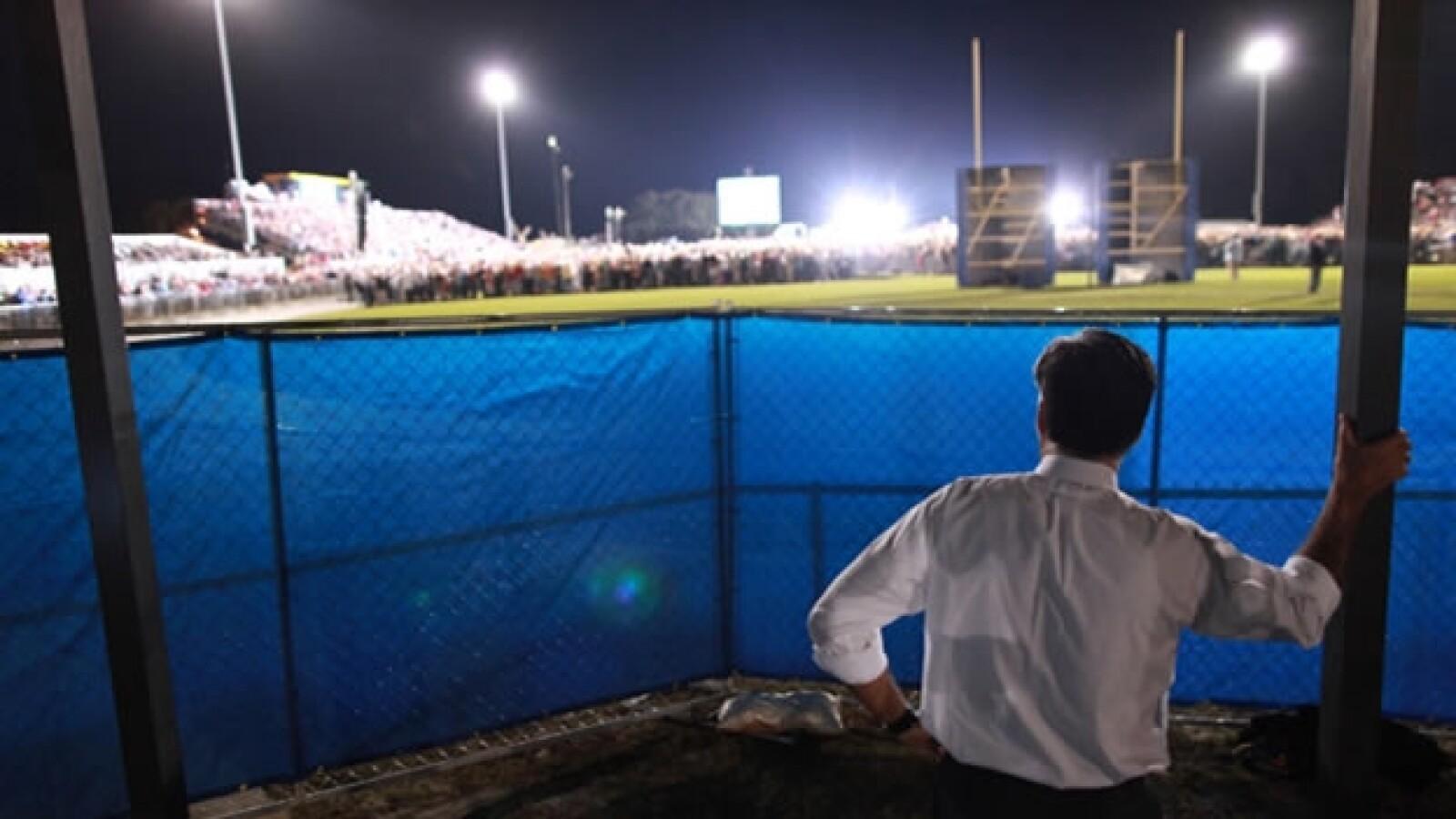 romney espera su turno para hablar en un campo de futbol