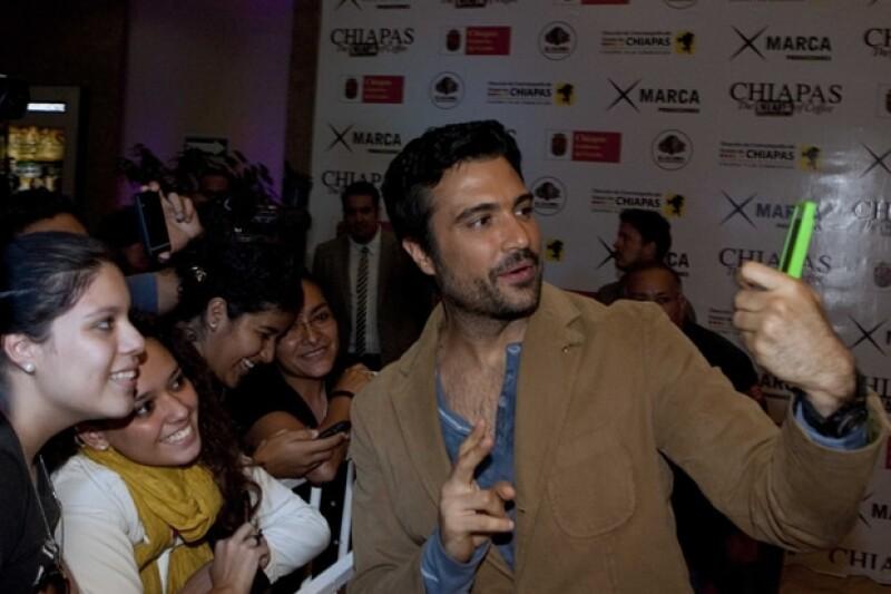 """El actor regresó ayer al estado donde se enteró que sería papá y es que fue la premier de la película """"Chiapas, el corazón del café"""", en donde convivió con muchos de sus fans."""
