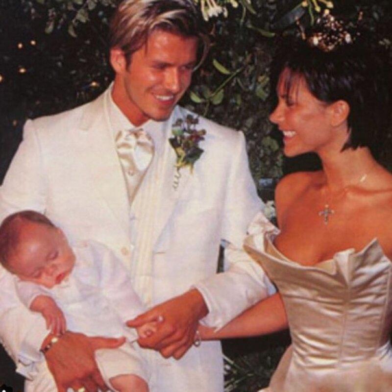 Con una emotiva foto de su boda, fue como Brooklyn felicitó a sus papás.