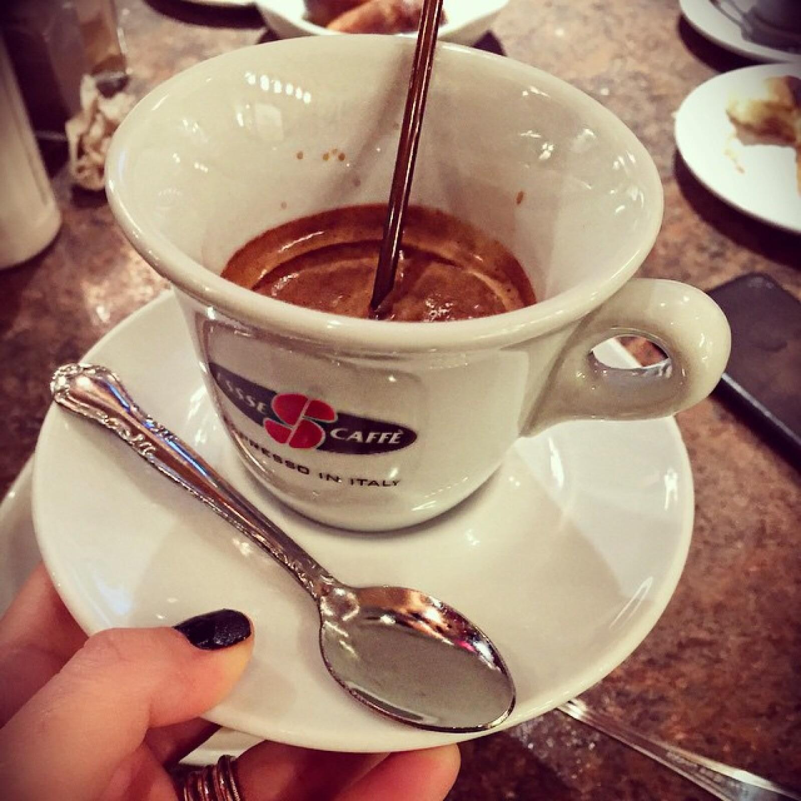 Café y pastel, buen postre para una tarde fría.
